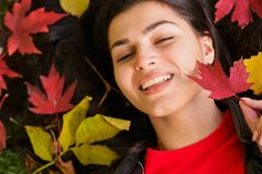 秋天公园妇女年轻人 免版税图库摄影
