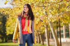 秋天公园妇女年轻人 免版税库存照片