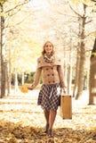 秋天公园妇女年轻人 库存照片