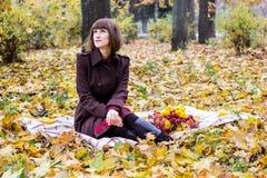 秋天公园妇女年轻人 免版税库存图片
