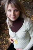 秋天公园怀孕的俏丽的妇女 免版税图库摄影