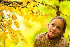 秋天公园的女孩 免版税库存照片