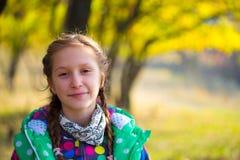 秋天公园的女孩 图库摄影
