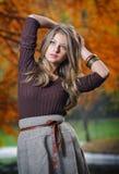 秋天公园的新俏丽的妇女 免版税库存图片
