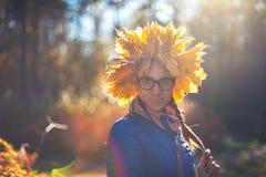 秋天公园的秀丽妇女 图库摄影