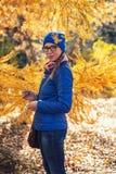 秋天公园的秀丽妇女 库存照片