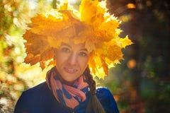 秋天公园的秀丽妇女 免版税库存图片