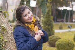 秋天公园纵向妇女年轻人 库存照片