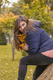 秋天公园纵向妇女年轻人 免版税图库摄影