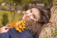 秋天公园纵向妇女年轻人 图库摄影