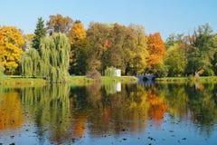 秋天公园,池塘-美好的秋天风景 库存图片