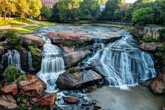 秋天公园细长的河