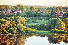 秋天农村横向 小村庄在早期的秋天森林里早晨 免版税图库摄影