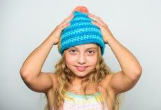 秋天冬天季节辅助部件 有绒球的被编织的帽子 女孩长的头发愉快的面孔白色背景 之间区别 免版税库存图片