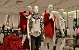 秋天冬天时装的时尚时装模特购物,礼服商店,女装店, 库存照片