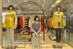 秋天冬天时装的时尚时装模特购物,礼服商店,女装店, 免版税库存照片