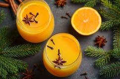 秋天冬天鸡尾酒热的辣橙色拳打用香料 库存图片