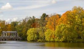 秋天凯瑟琳公园和大理石桥梁在普希金,俄罗斯 免版税库存照片