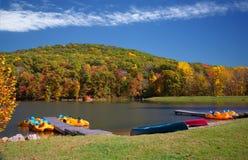 秋天划船生动湖的场面 免版税库存照片
