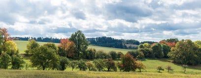 秋天初期在一个风景的在多云天空下 图库摄影