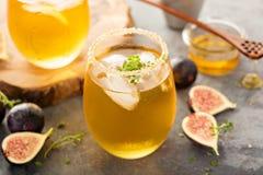 秋天刷新的鸡尾酒用无花果、蜂蜜和麝香草 免版税图库摄影