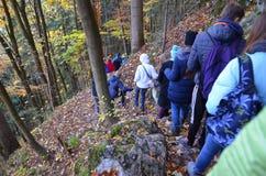 秋天剪影,当上升在山时 免版税库存照片