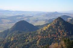 秋天剪影,当上升在山时 图库摄影