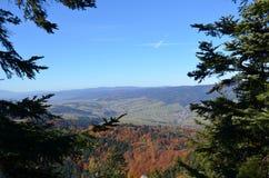秋天剪影,当上升在山时 库存图片