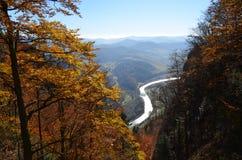 秋天剪影,当上升在山时 库存照片