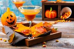 秋天南瓜与万圣夜装饰的玛格丽塔酒鸡尾酒 免版税库存图片