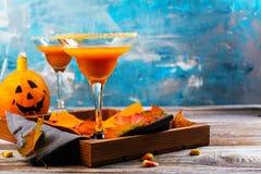 秋天南瓜与万圣夜装饰的玛格丽塔酒鸡尾酒 免版税库存照片