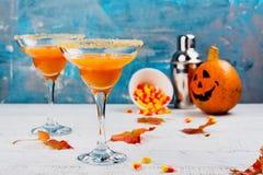 秋天南瓜与万圣夜装饰的玛格丽塔酒鸡尾酒 库存照片