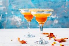 秋天南瓜与万圣夜装饰的马蒂尼鸡尾酒鸡尾酒 免版税库存照片