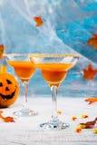 秋天南瓜与万圣夜装饰的马蒂尼鸡尾酒鸡尾酒 库存照片