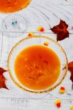 秋天南瓜在白色背景的马蒂尼鸡尾酒鸡尾酒 库存图片