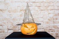 秋天南瓜感恩背景-在木桌的橙色南瓜 在黑背景的南瓜 秋天产品 雕刻 库存照片