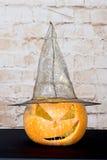 秋天南瓜感恩背景-在木桌的橙色南瓜 在黑背景的南瓜 秋天产品 雕刻 免版税库存照片