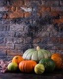 秋天南瓜感恩背景-在木桌的橙色南瓜 库存照片