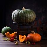 秋天南瓜感恩背景-在木桌的橙色南瓜 免版税库存照片
