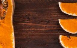 秋天南瓜感恩背景-在wo的橙色南瓜 免版税库存图片