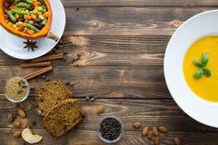 秋天南瓜香料 与蓬蒿叶子的南瓜汤,被烘烤的泵浦 库存照片