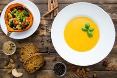 秋天南瓜香料 与蓬蒿叶子的南瓜汤,被烘烤的泵浦 库存图片