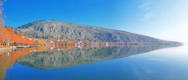 秋天反射在Kastoria湖 库存照片