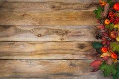 秋天叶子和南瓜在老桌上 免版税库存图片