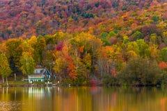 秋天叶子和反射在佛蒙特, Elmore国家公园 免版税库存图片