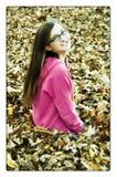 秋天叶子的梦想的女孩 免版税库存照片