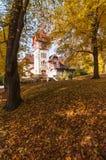 秋天和明亮的颜色 小白色城堡 秋天童话林木 库存照片
