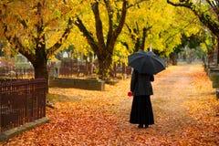 秋天哀悼的妇女 免版税库存照片