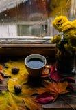秋天哀痛温暖咖啡 库存照片