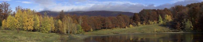 秋天喀尔巴阡山脉的山全景 免版税图库摄影